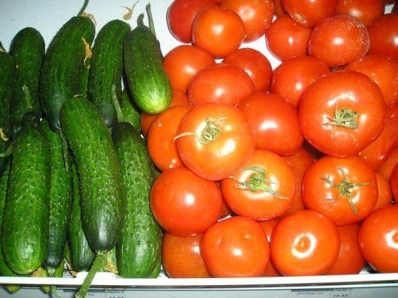 4 Причини не змішувати в салаті огірки та помідори