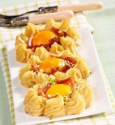 Яєчня в картопляних гніздах