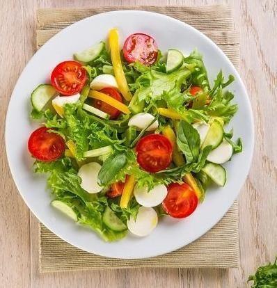 Салат з овочів з моцарелою