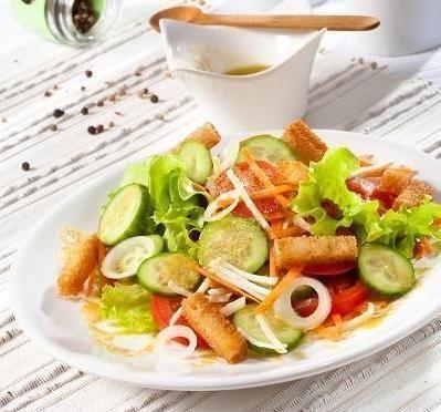 Салат зі свіжих овочів в гірчичному соусі з грінками