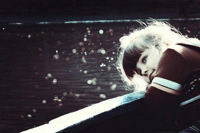 Дитина плаче по дорозі в дитячий сад
