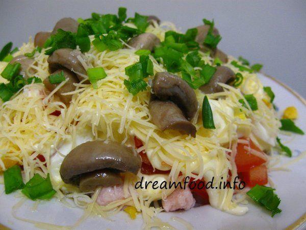 Салат з шинкою, сиром і помідорами
