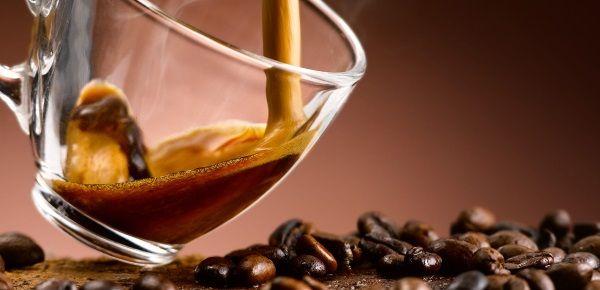 кава ллється в чашку